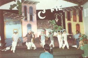 cenario pintado à mão para apresentação de dança em escola 1992infantil